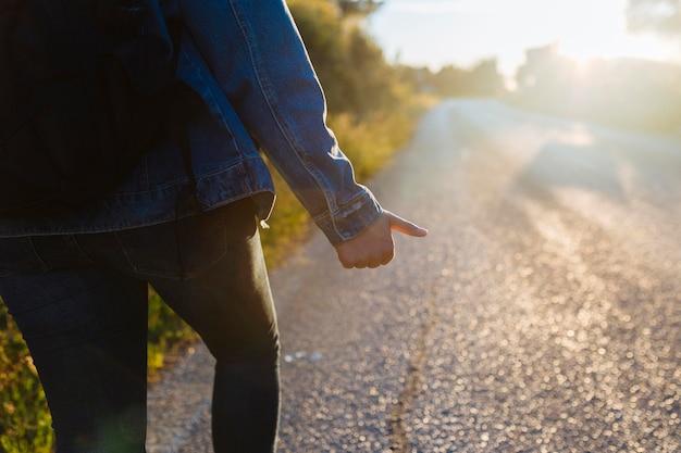 Donna con zaino autostop Foto Gratuite