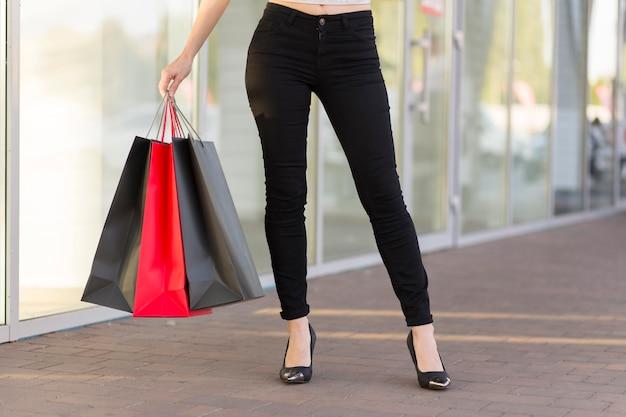 バッグブラックフライデーショッピングコンセプトを持つ女性 無料写真