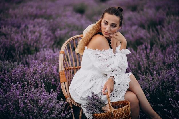 Женщина с корзиной лаванды Бесплатные Фотографии