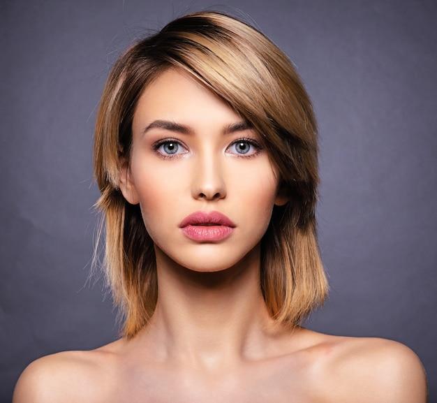 Женщина с лицом красоты и чистой кожей. Бесплатные Фотографии