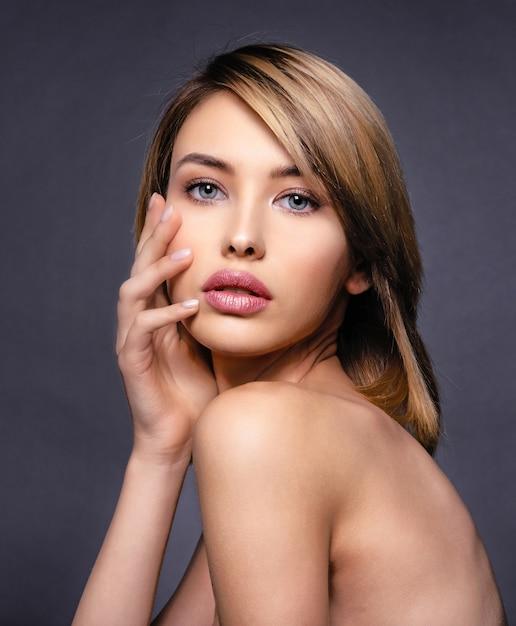 Donna con bellezza viso e pelle pulita. donna bionda sexy. modello biondo attraente con gli occhi azzurri. modello di moda con un trucco smokey. closeup ritratto di una bella donna. acconciatura corta creativa. Foto Gratuite