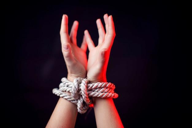 Женщина со связанными руками. концепция насилия женщины Premium Фотографии
