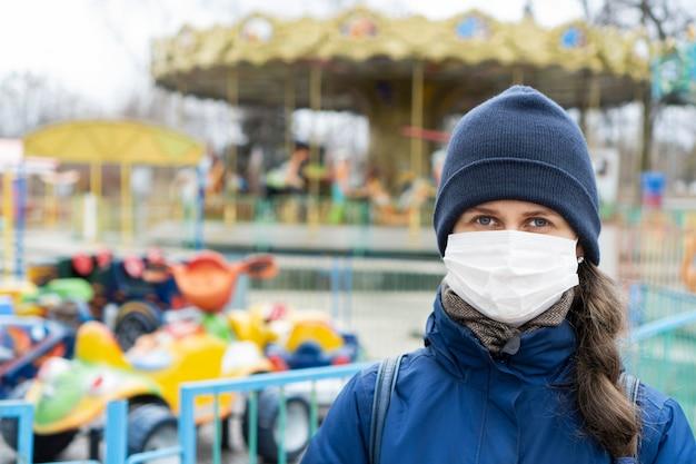 大気汚染のために顔の医療マスクを着ている茶色の髪の女性 Premium写真