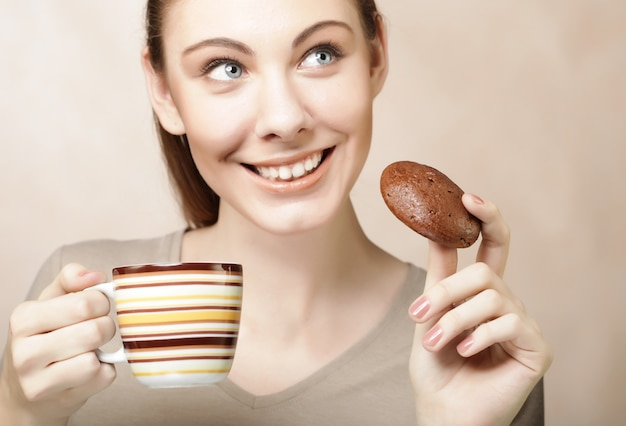 Woman with coffee and cookies Premium Photo