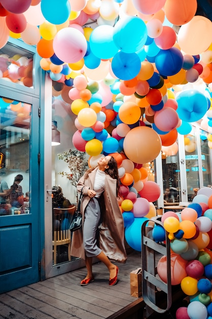 Женщина с разноцветными шарами Бесплатные Фотографии