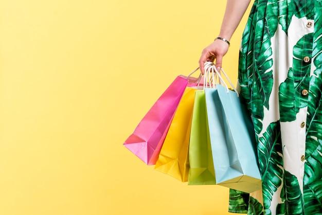 カラフルな買い物袋を持つ女性 Premium写真
