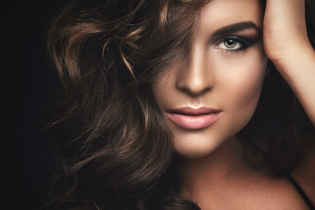 Woman with curly hair and beautiful make-up Premium Photo