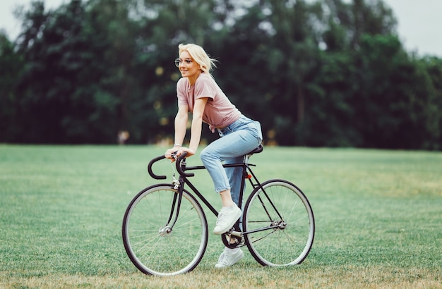 Woman with cycling 1296 506