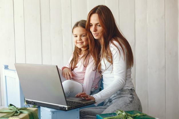 Donna con figlia utilizzando il computer portatile Foto Gratuite