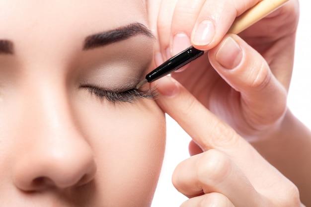 Woman with eye shadow brush Premium Photo