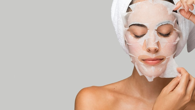 Woman with face beauty mask copy space Free Photo