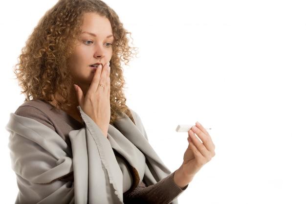 زن با دست در دهان خود به دنبال در دماسنج