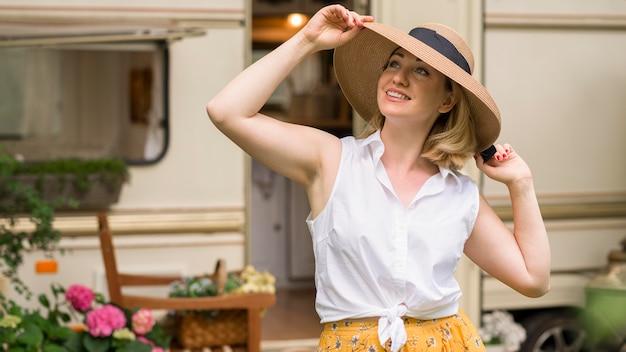 Женщина в шляпе наслаждается поездкой с караваном Бесплатные Фотографии
