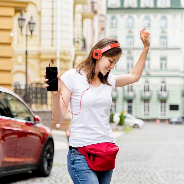 Женщина с наушниками танцует Бесплатные Фотографии