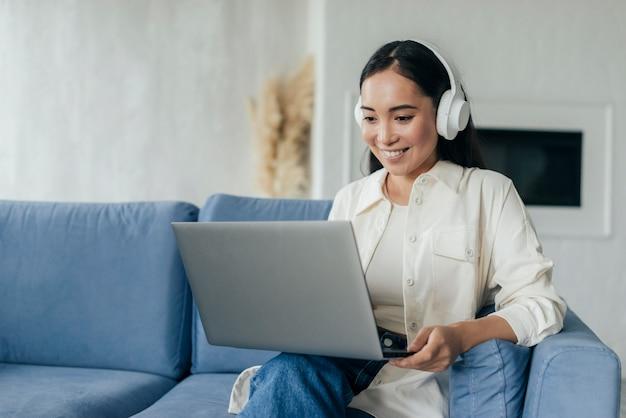 Donna con le cuffie in diretta streaming Foto Gratuite