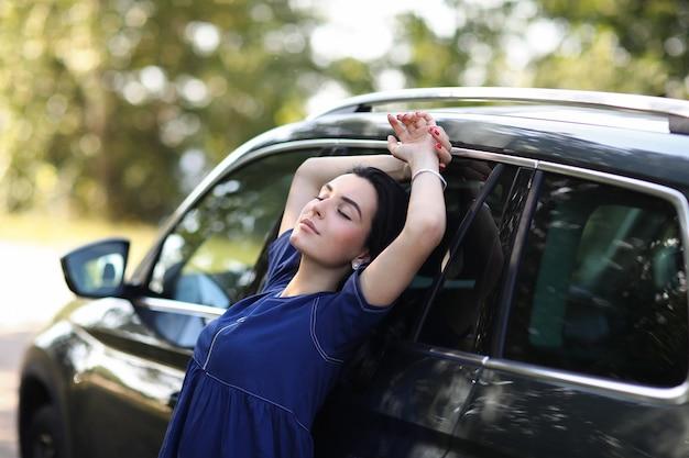 Donna con la sua macchina Foto Gratuite