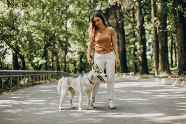 Женщина с ее хаски в парке Бесплатные Фотографии