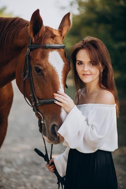 森の中で馬を持つ女性 無料写真