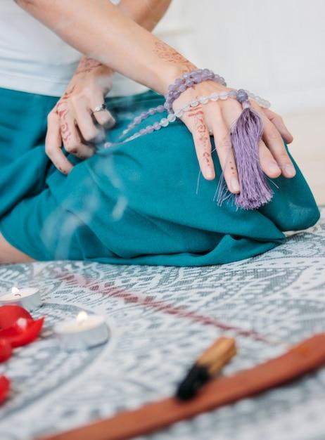 Женщина с сиреневыми бусинами на руках хна мехенди Premium Фотографии