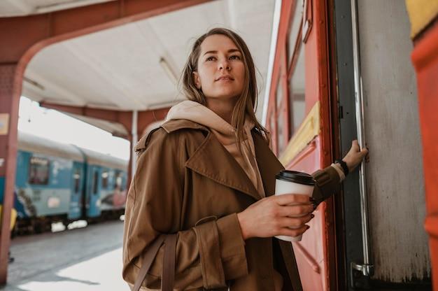 Женщина с длинными волосами собирается в поезд Бесплатные Фотографии