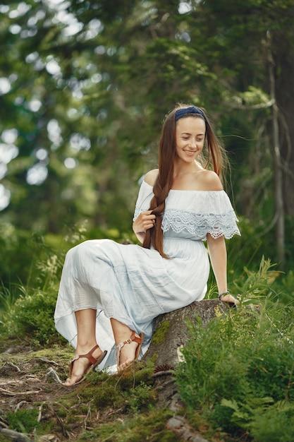 Женщина с длинными волосами. дама в голубом платье. девушка с нетронутой природой. Бесплатные Фотографии