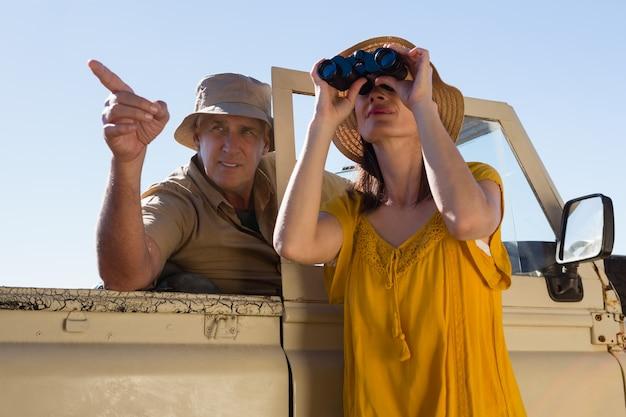双眼鏡を通して見る男と女 無料写真