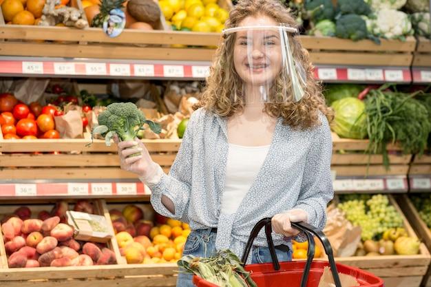 Donna con maschera al mercato Foto Gratuite
