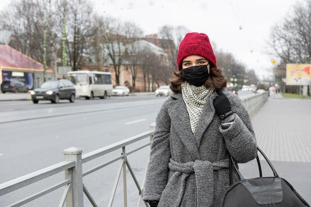 Женщина с медицинской маской на открытом воздухе гуляет Бесплатные Фотографии