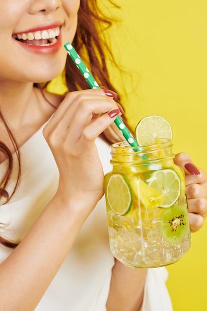 ノンアルコール飲料を持つ女性 Premium写真