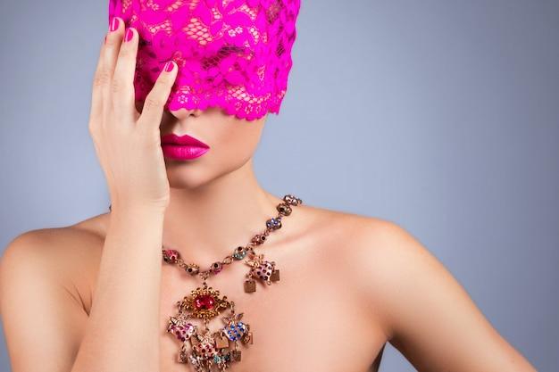 彼女の目にピンクの目隠しを持つ女性 Premium写真