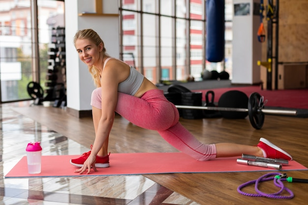 Woman with pink leggings in gym Free Photo