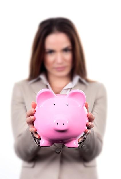 Женщина с розовой копилкой на белом фоне Бесплатные Фотографии