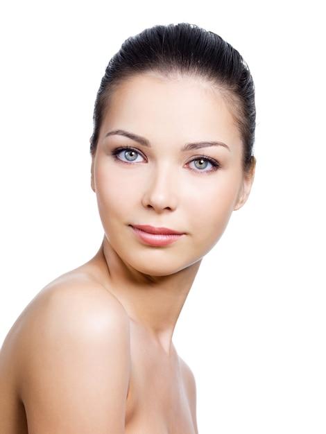 Donna con bel viso con pelle pulita su di esso Foto Gratuite
