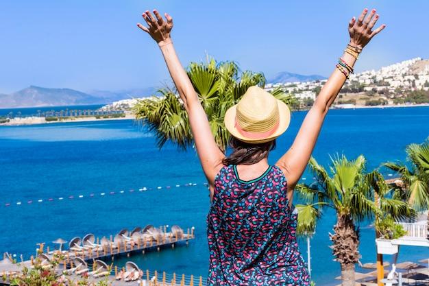 La donna con le braccia alzate Foto Gratuite