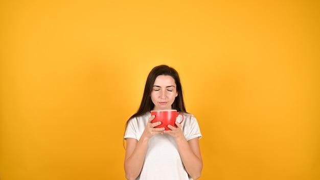 Женщина с красной чашкой Premium Фотографии