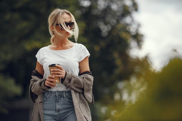 Женщина с хозяйственными сумками в летнем городе Бесплатные Фотографии