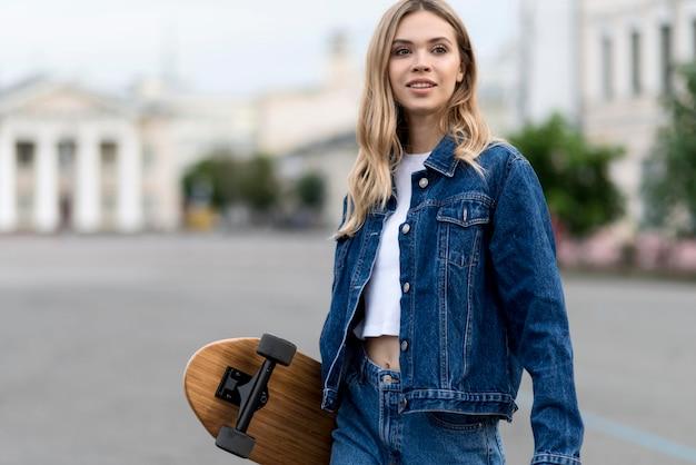 Donna con il concetto di lifestyle di skateboard Foto Gratuite