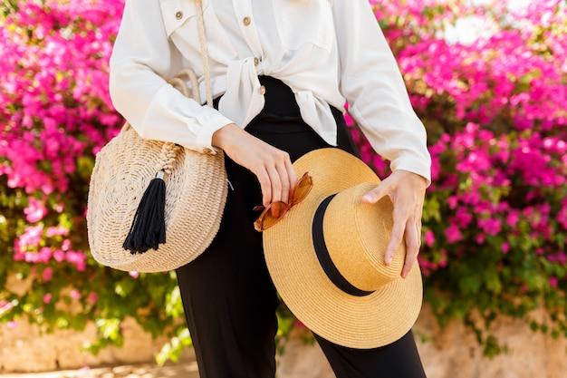 Женщина с соломенной шляпе позирует над розовым цветущее дерево в солнечный весенний день Бесплатные Фотографии