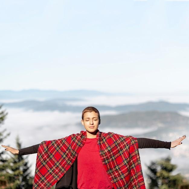 Женщина с вытянутыми руками вид спереди Бесплатные Фотографии