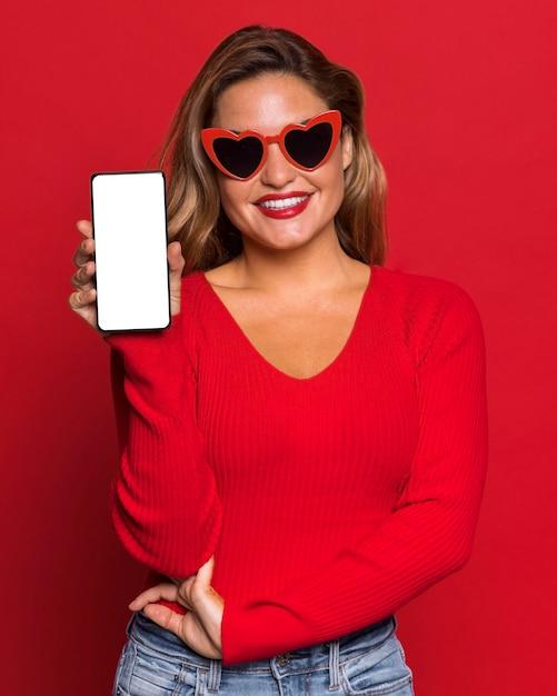 스마트 폰 들고 선글라스와 여자 무료 사진
