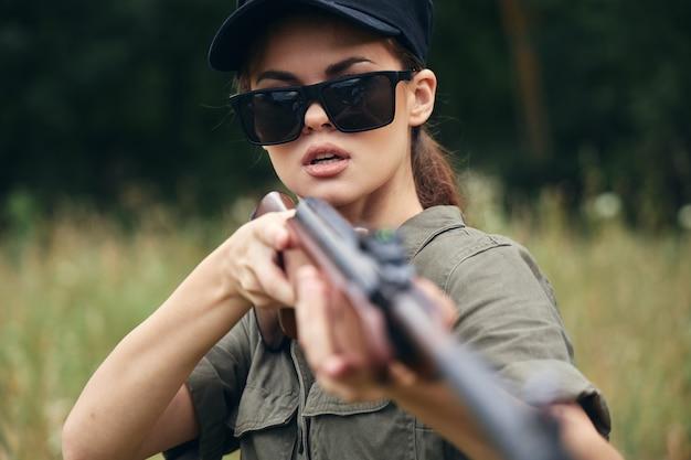 Женщина с очками, держащая оружие Premium Фотографии