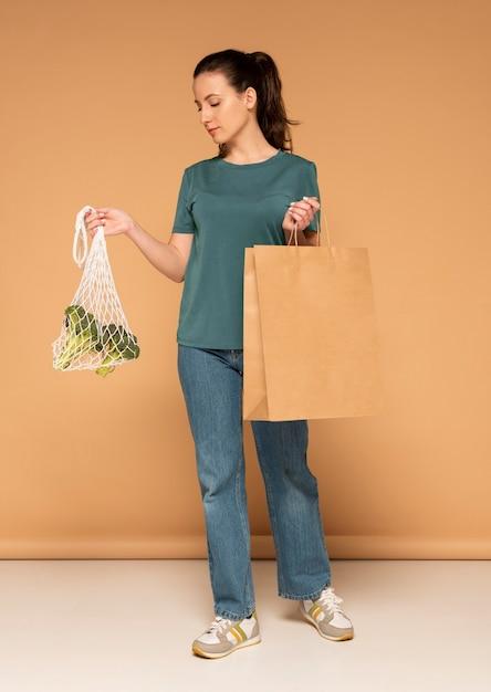 タートルバッグと紙袋を持つ女性 無料写真