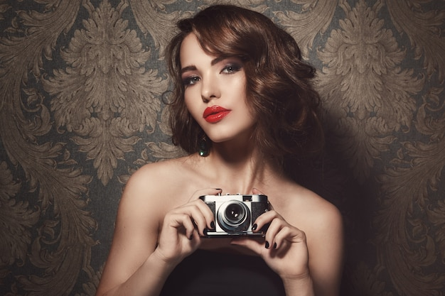Woman with a vintage camera Premium Photo
