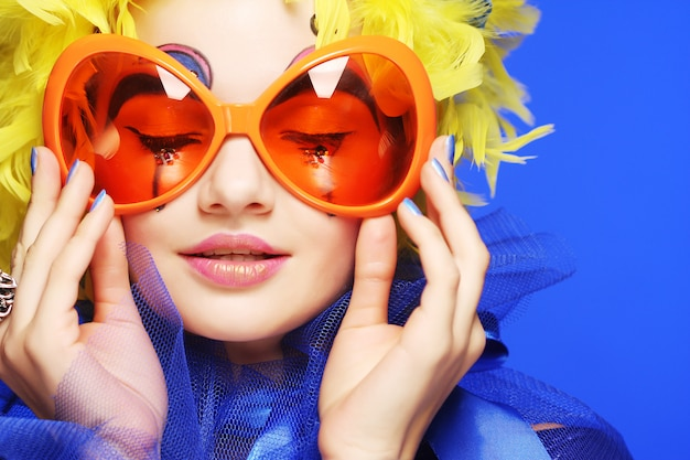 Woman with yellow  hair and carnaval glasses Premium Photo