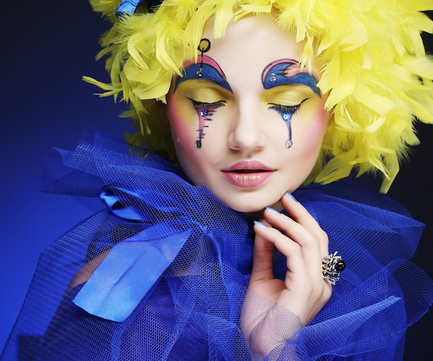 Woman with yellow wig feather Premium Photo
