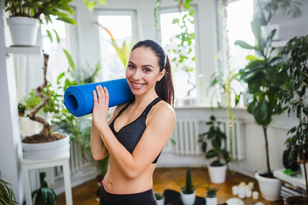 Woman with yoga mat of shoulder Free Photo