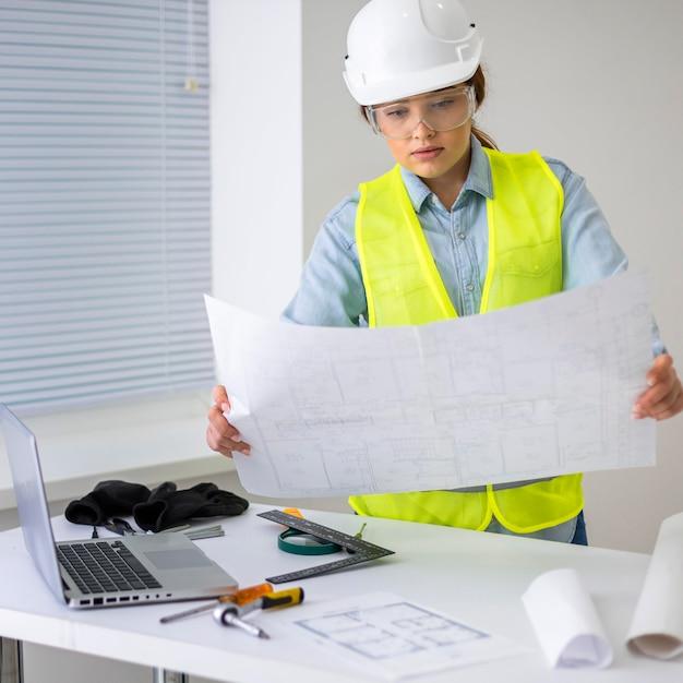 엔지니어로 일하는 여자 무료 사진