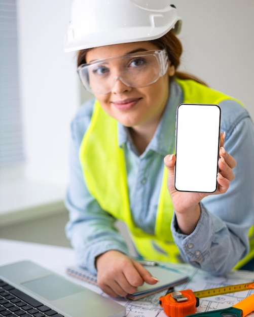 エンジニアとして働く女性 無料写真
