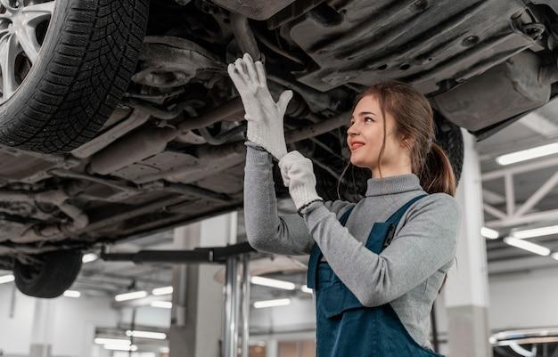 자동차 서비스에서 일하는 여자 무료 사진