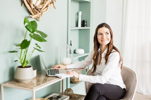 コンピューター、フリーランサーまたはマネージャー、自営業、ビジネスで働く女性 Premium写真